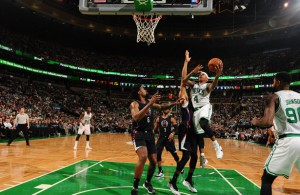 Isaiah Thomas von den Boston Celtics attackiert den Korb der Los Angeles Clippers.