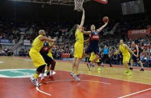 Anton Gavel vom FC Bayern Basketball versucht im Spiel gegen ALBA Berlin einen Korbleger.