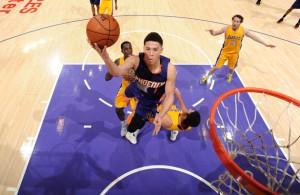Devin Booker von den Phoenix Suns kommt in der Partie gegen die Los Angeles Lakers zum Korbleger.