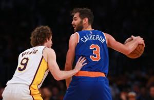 Jose Calderon von den New York Knicks dribbelt gegen Marcelo Huertas von den Los Angeles Lakers.