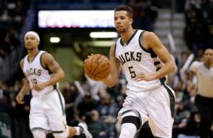 Michael Carter-Williams von den Milwaukee Bucks dribbelt mit dem Ball über den Court.
