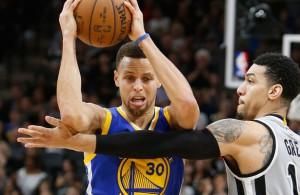 Steph Curry von den Golden State Warriors zieht gegen San Antonios Danny Green zum Korb.