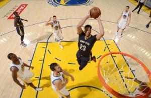 Anthony Davis von den New Orleans Pelicans setzt im Spiel gegen die Golden State Warriors zu einem Dunking an.