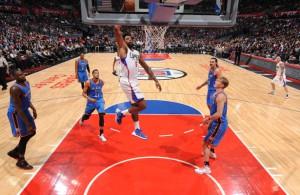 DeAndre Jordan von den Los Angeles Clippers mit einem Korbleger im Spiel gegen die Oklahoma City Thunder.