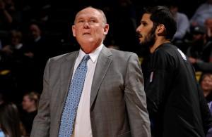 George Karl, Coach der Sacramento Kings, wartet darauf, dass das Spiel startet.