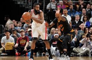 James Harden von den Houston Rockets wird von Iman Shumpert von den Cleveland Cavaliers verteidigt.