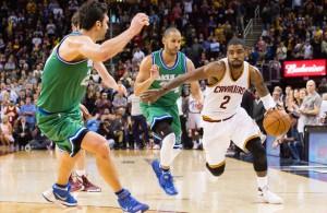 Kyrie Irving von den Cleveland Cavaliers zieht mit Ball in der Hand an zwei Spielern der Dallas Mavericks vorbei.