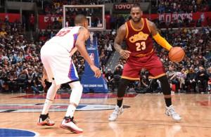 LeBron James von den Cleveland Cavaliers dribbelt im Spiel gegen die Los Angeles Clippers auf Austin Rivers zu.