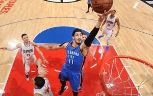 Enes Kanter von den Oklahoma City Thunder erzielt im Spiel gegen die Los Angeles Clippers einen Korb.
