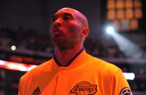 Kobe Bryant von den Los Angeles Lakers lauscht vor der Partie gegen die Dallas Mavericks der US-Nationalhymne.