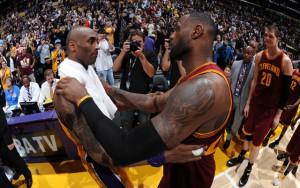 Kobe Bryant und LeBron James umarmen sich nach ihrem letzten Aufeinandertreffen in der NBA.