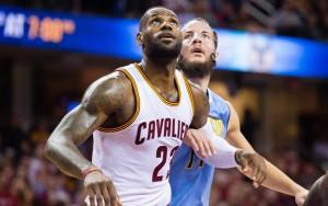 LeBron James von den Cleveland Cavaliers kämpft im Spiel gegen die Denver Nuggets um einen Rebound.