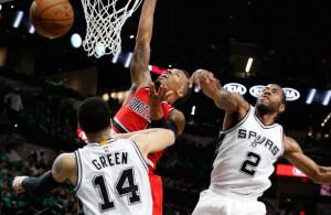 Kawhi Leonard von den San Antonio Spurs blockt den Korbleger von Damian Lillard (Portland Trail Blazers).