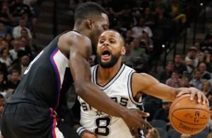 Patty Mills von den San Antonio Spurs dribbelt gegen Jeff Green von den Los Angeles Clippers zum Korb.
