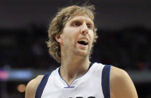 Dirk Nowitzki von den Dallas Mavericks gibt in einem NBA-Spiel lautstark Anweisungen.