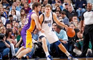 Dirk Nowitzki von den Dallas Mavericks versucht, gegen Lakers-Star Pau Gasol zum Korb zu kommen.