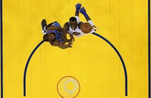 Kevin Durant von den Oklahoma City Thunder und Draymond Green von den Golden State Warriors kämpfen um den Ball.