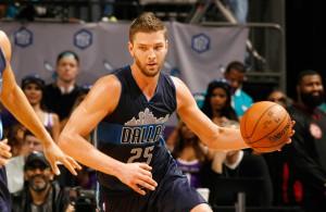 Chandler Parsons von den Dallas Mavericks dribbelt mit dem Ball in Richtung Korb.