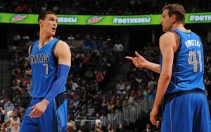 Dwight Powell und Dirk Nowitzki von den Dallas Mavericks sprechen sich in einer Spielpause ab.
