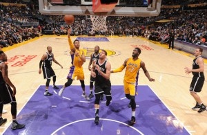D'Angelo Russell, Spielmacher der Los Angeles Lakers, punktet im Spiel gegen die Brooklyn Nets mit einem Korbleger.