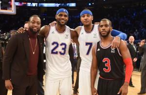 Dwyane Wade, LeBron James, Carmelo Anthony und Chris Paul posieren gemeinsam für ein Foto auf dem Basketball-Court.