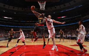 Jeff Teague von den Atlanta Hawks kommt gegen Pau Gasol von den Chicago Bulls zum Korbleger.
