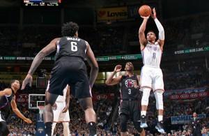 Russell Westbrook von den Oklahoma City Thunder setzt in der Partie gegen die Los Angeles Clippers zum Sprungwurf an.