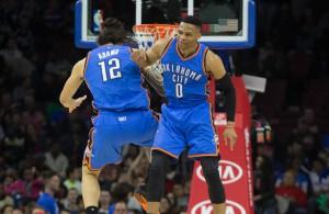 Russell Westbrook und Steven Adams von den Oklahoma City Thunder feiern einen Sieg.