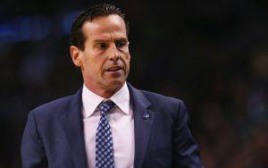Kenny Atkinson, Assistant Coach der Atlanta Hawks, in einer Auszeit.