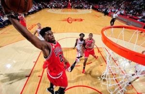 Jimmy Butler von den Chicago Bulls trifft im Spiel gegen die Houston Rockets per Dunking.
