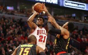 Jimmy Butler von den Chicago Bulls kommt gegen zwei Verteidiger der Atlanta Hawks zum Wurf.