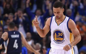 Steph Curry von den Golden State Warriors feiert im Spiel gegen die Memphis Grizzlies einen Korberfolg.