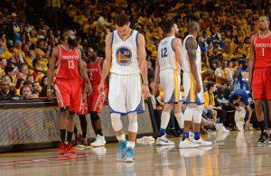Steph Curry von den Golden State Warriors geht nach seiner Verletzung im Spiel gegen die Houston Rockets enttäuscht vom Court.