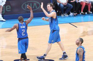 Dirk Nowitzki und Raymond Felton von den Dallas Mavericks klatschen im Spiel gegen die Oklahoma City Thunder nach einer erfolgreichen Aktion ab.