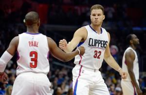Blake Griffin von den Los Angeles Clippers klatscht mit seinem Teamkollegen Chris Paul ab.