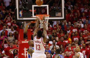 James Harden von den Houston Rockets trifft im NBA-Spiel gegen die Golden State Warriors kurz vor dem Ende den entscheidenden Wurf.