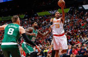 Al Horford von den Atlanta Hawks kommt im NBA-Spiel gegen die Boston Celtics zu einem Korbleger.