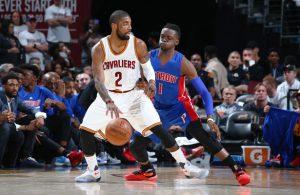 Kyrie Irving von den Cleveland Cavaliers im direkten Duell mit Reggie Jackson von den Detroit Pistons.
