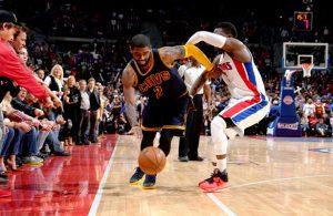 Kyrie Irving von den Cleveland Cavaliers zieht an seinem Gegenspieler Reggie Jackson von den Detroit Pistons vorbei.