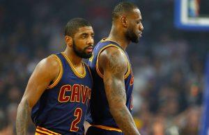 Kyrie Irving und LeBron James von den Cleveland Cavaliers besprechen sich in einer Auszeit eines NBA-Spiels.
