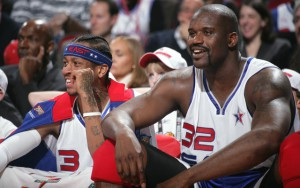 Allen Iverson und Shaquille O'Neal schauen von der Bank aus das All-Star-Game 2006.