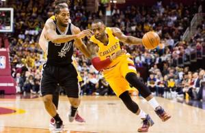 LeBron James von den Cleveland Cavaliers zieht an Kawhi Leonard (San Antonio Spurs) vorbei zum Korb.