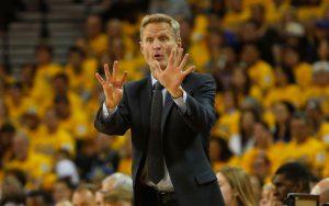 Steve Kerr, der Coach der Golden State Warriors, gibt seinem Team während eines NBA-Spiels Anweisungen.