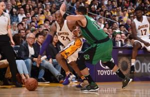 Kobe Bryant von den Los Angeles Lakers zieht im Dribbling an Evan Turner von den Boston Celtics vorbei.