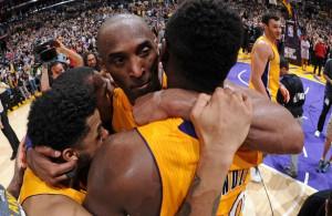 Kobe Bryant von den Los Angeles Lakers nimmt bei seinem Abschied seine Teamkollegen D'Angelo Russell und Julius Randle in den Arm.