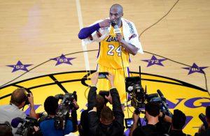 Kobe Bryant von den Los Angeles Lakers verabschiedet sich nach seinem letzten NBA-Spiel von den Fans.