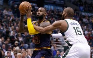 LeBron James von den Cleveland Cavaliers zieht im Duell mit Greg Monroe von den Milwaukee Bucks zum Korb.