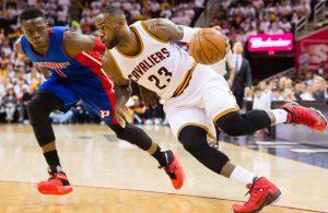 LeBron James von den Cleveland Cavaliers dribbelt an Reggie Jackson von den Detroit Pistons vorbei.