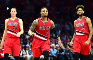 Damian Lillard von den Portland Trail Blazers feiert mit seinen Teamkollegen den Sieg gegen die Los Angeles Clippers.