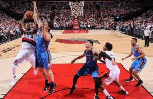 Zwei Spieler der Portland Trail Blazers kämpfen gegen zwei Spieler der Oklahoma City Thunder unter dem Korb um den Ball.